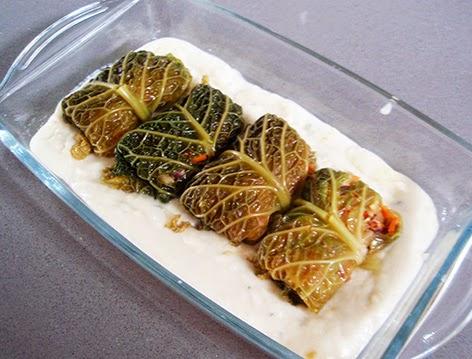 Rollitos de col rellenos con salsa de queso