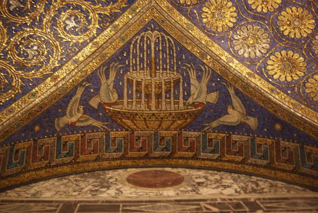 Ein Deckenmosaik aus blauen und goldenen Fliesen zeigt Friedenstauben