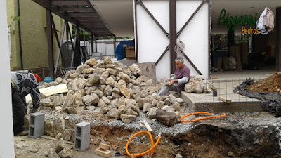 Uma segunda feira de manhã Bizzarri acertando a pedra para a execução das muretas de pedra com pedra moledo com a execução das escadas de pedra e dos pisos de pedra em construção com pedras em São Paulo-SP. 26 de setembro de 2016.