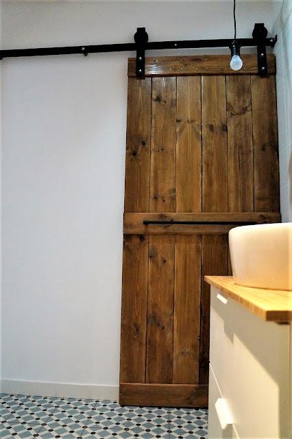 drzwi od stodoły, jak zrobić drzwi od stodoły, drzwi DIY, drzwi drewniane, drzwi z desek, żeliwna szyna do drzwi, system do drzwi przesuwnych
