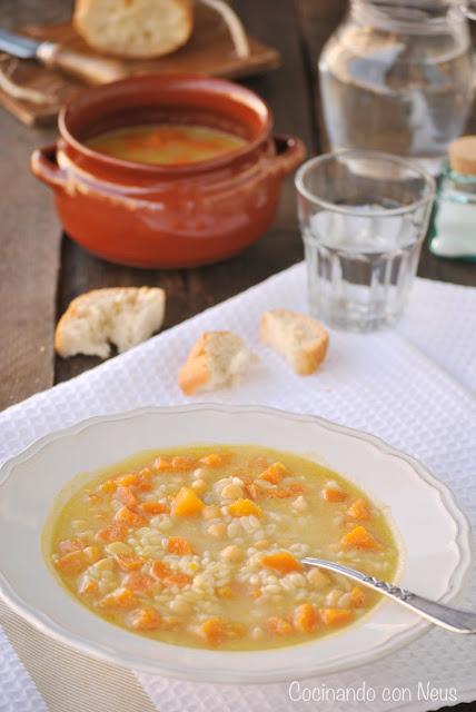 Sopa de piñones con verduras y garbanzos