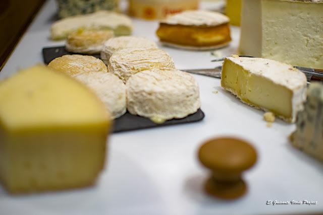 Mesa de Quesos del Restaurante Adonis - Florac, Francia por El Guisante Verde Project