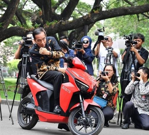 Bapak Jokowi Siap Menjadi Pembeli Pertama Motor Gesits