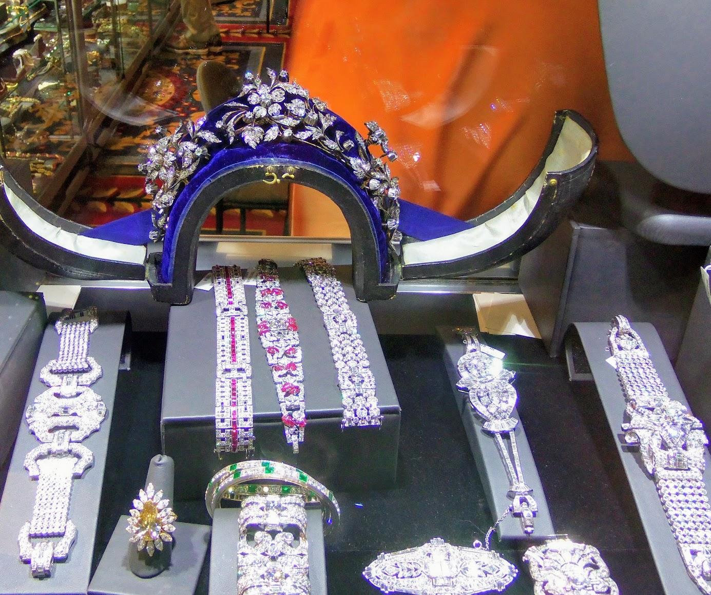 a beautiful case from yafa signed jewels