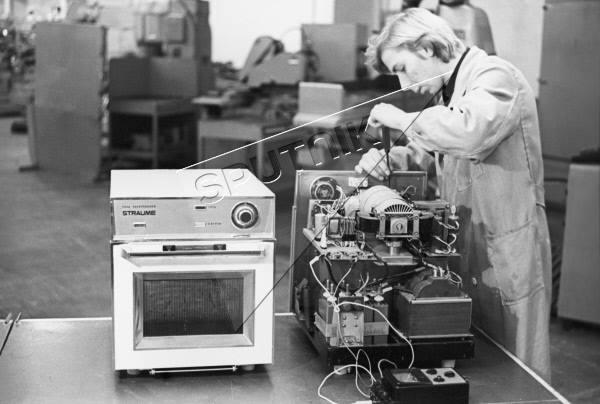 """1979 год. Электронная печь """"Страуме"""", служит для размораживания продуктов и для быстрого приготовления пищи. Рижский завод """"Страуме"""" электробытовых приборов и детских игрушек"""