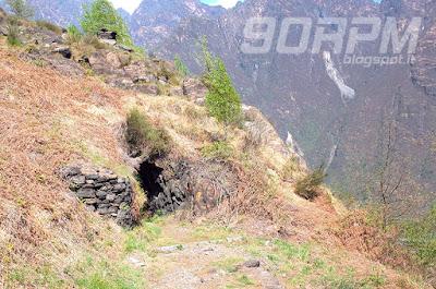 Grotte e cunicoli si aprono lungo la discesa della linea Cadorna.