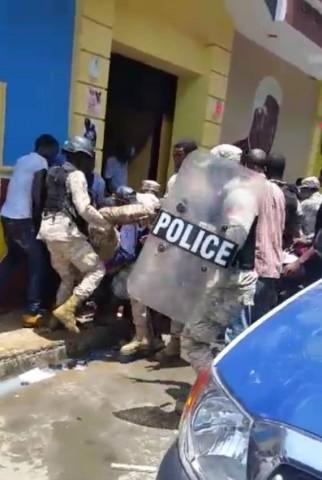 Lo que dijo presidente haitiano, sobre un muerto y heridos tras ataque con gas a senadores