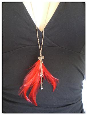 sautoir bronze vieilli et plume rouge vif