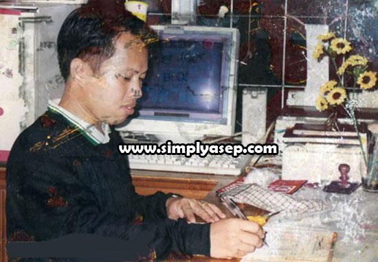 JAGA : Inilah saya saat bekerja di sebuah warung internet di Kota Pontianak selama kurang lebih 1 tahun, lalu pindah ke warnet di kota lain. Foto ini diambil sekitar tahun 1992. Sudah lama memang. Foto IST