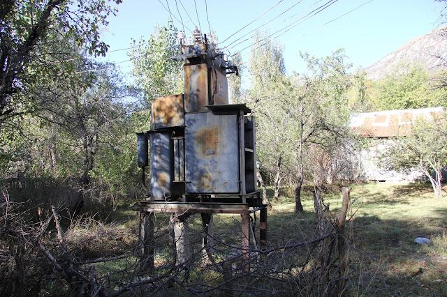Kirghizistan, Arslanbob, Tirbaza, transformateur électrique, © L. Gigout, 2012