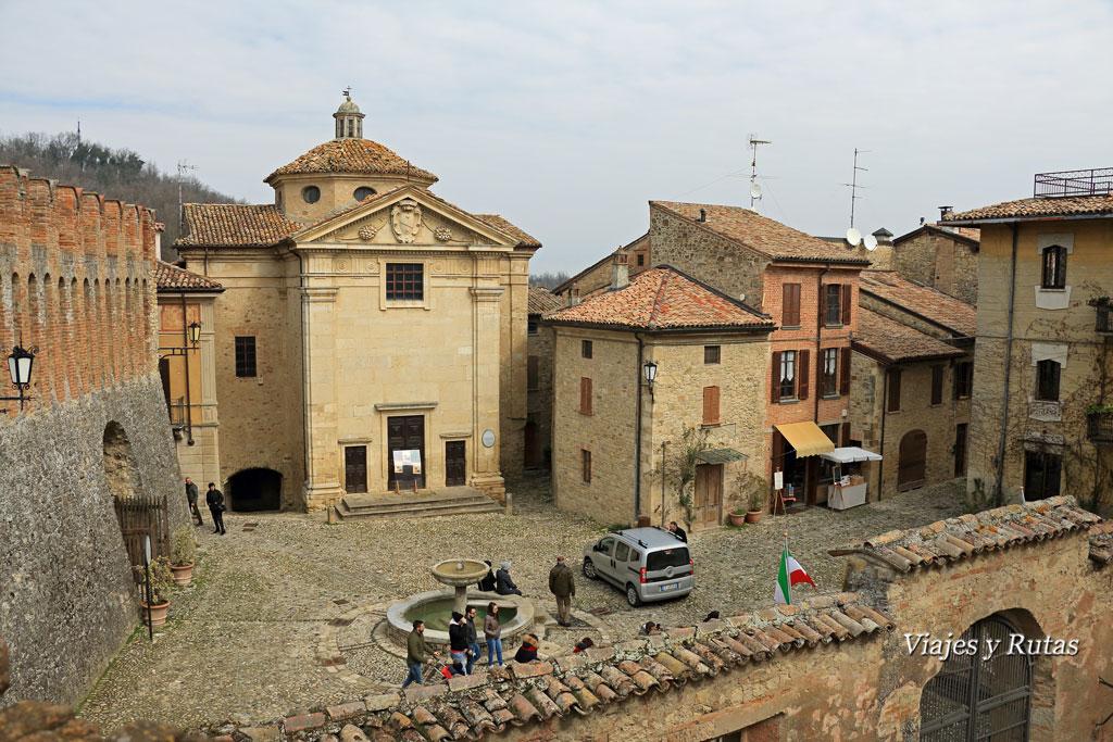 Plaza de Vigoleno, con el Oratorio de la Madonna delle Grazie