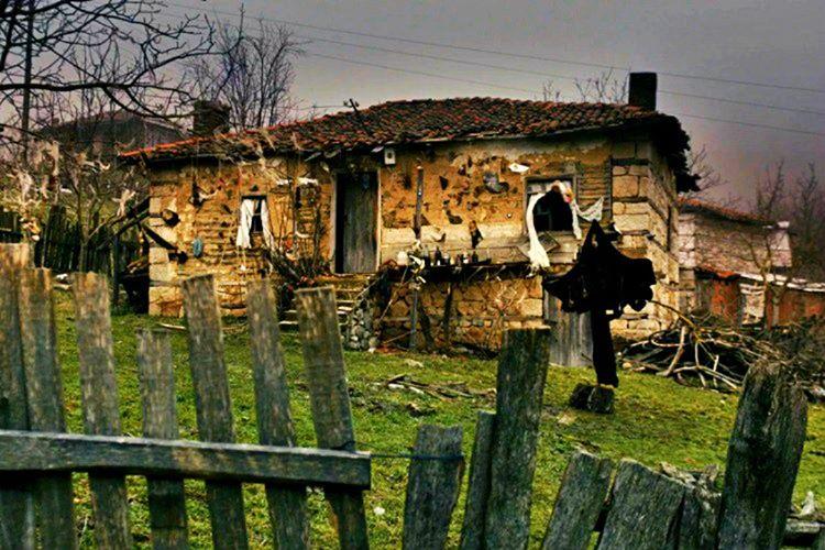 İnternette kara Karadedeler Olayı olarak ünlenen, Davutlu köyü olarak tahmin edilen yerde garip olayların yaşandığı iddia edilmektedir.