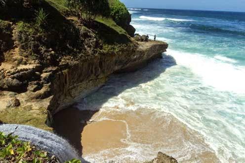 yang menyajikan panorama alamnya yang cukup indah yang jarang di temui di pantai Pantai Banyu Tibo, Wisata Pantai di Pacitan Yang Mempesona