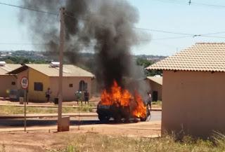 Mulher coloca fogo no carro do marido após flagrá-lo com outra; veja vídeo