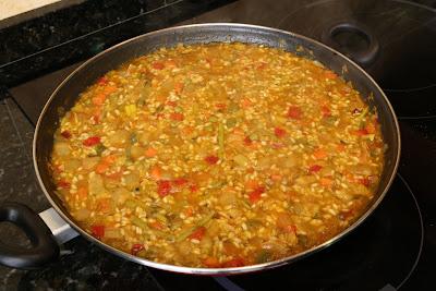 Preparación de arroz con espárragos trigueros y verduras