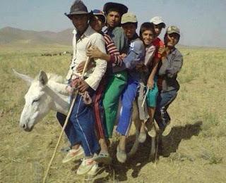 6 personas en un  burro