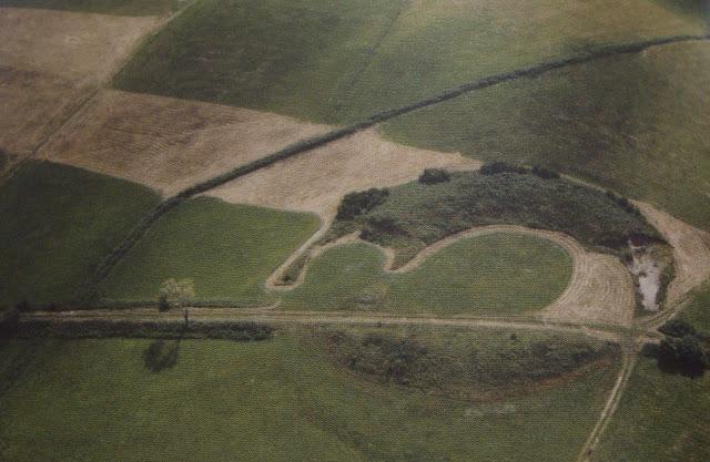Wczesnośredniowieczne grodzisko pierścieniowate we wsi Stary Białcz - zdjęcie lotnicze