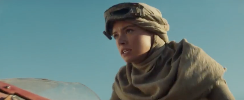Daisy Ridley, chevauchant son bolide