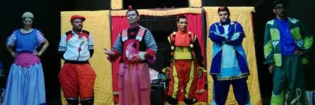 Espetáculo As Roupas do Rei em tom de despedida apresentou-se para uma plateia de crianças e adultos.