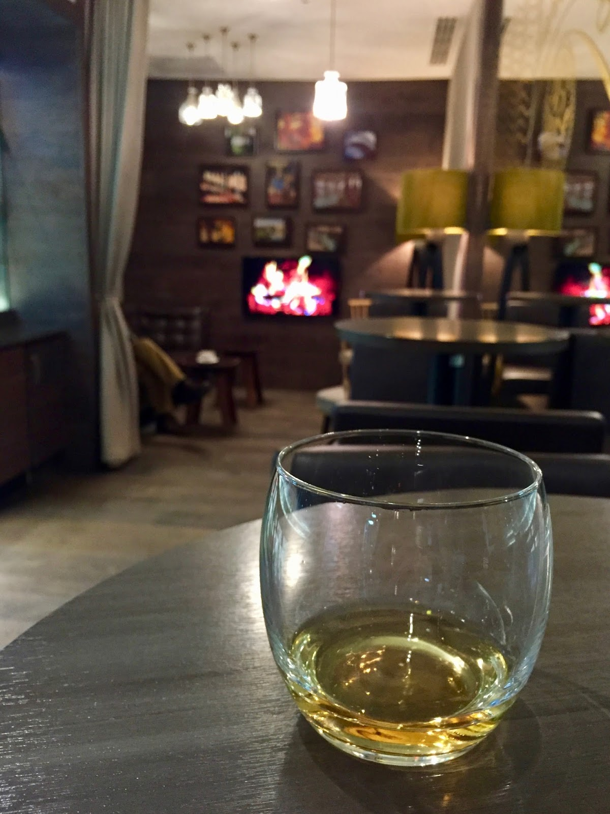 a whisky snug located in the British airways club lounge at Glasgow airport in Scotland, photo and blog post by Cal Mc from www.CalMcTravels.com