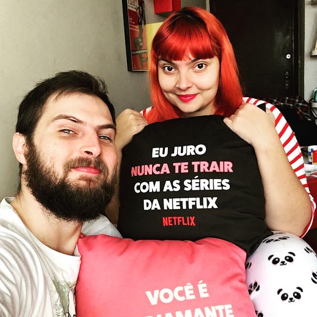 Foto minha e da minha namorada, segurando almofadas da Netflix no Dia dos Namorados.