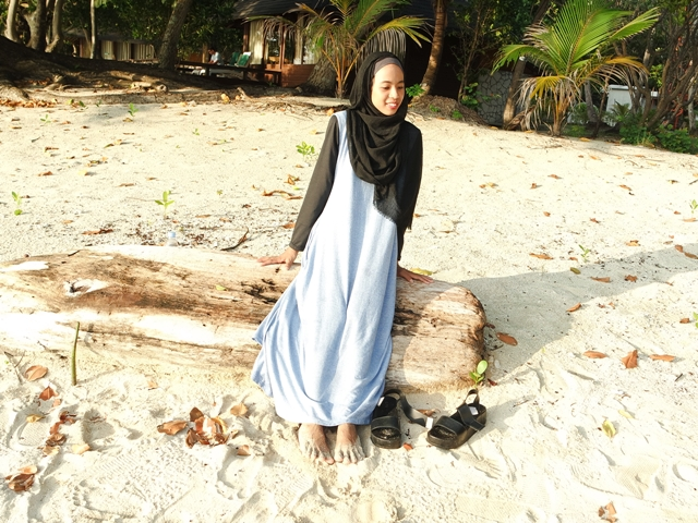 ootd hijab on beach