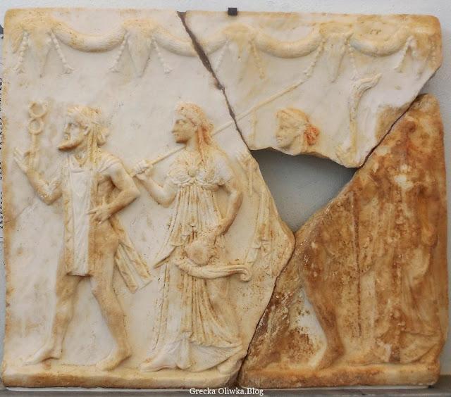 Starożytna płaskorzeźba, akorzy w roli gteckich bogów: Hermesa, Ateny, Apollona i Artemidy Muzeum Delos