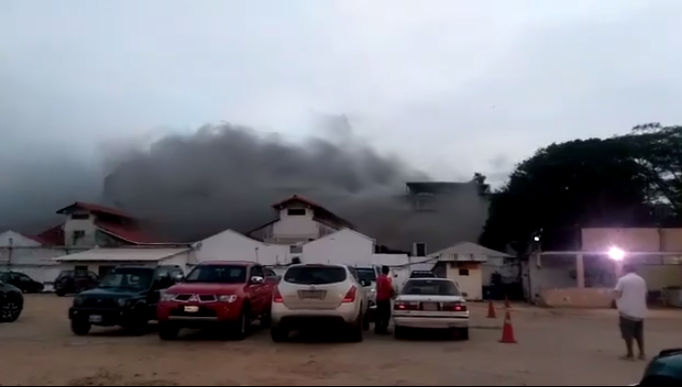 Incendio provocado por jóvenes no identificados se extendió hasta horas de la noche en dos pisos del TED / RRSS