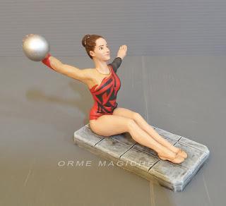 statuetta ragazza sportiva ginnastica artistica palla ballerina presepe orme magiche