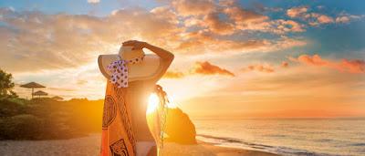 Couché de soleil observé à la plage obreseré par une feme en bikini à la plage