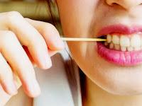 6 Dampak Negatif Menggunakan Tusuk Gigi yang Wajib Diketahui