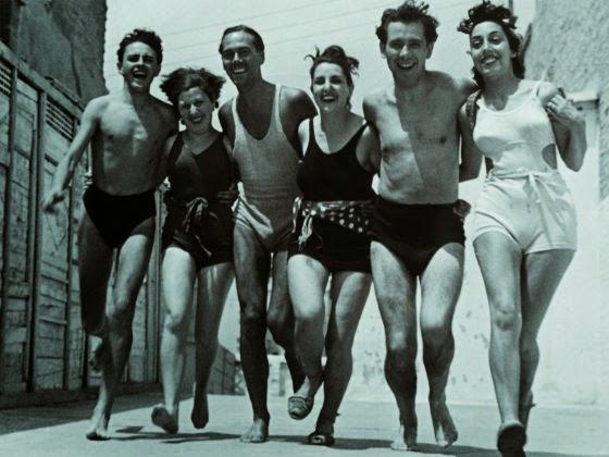Hombres y mujeres del 27 en bañador