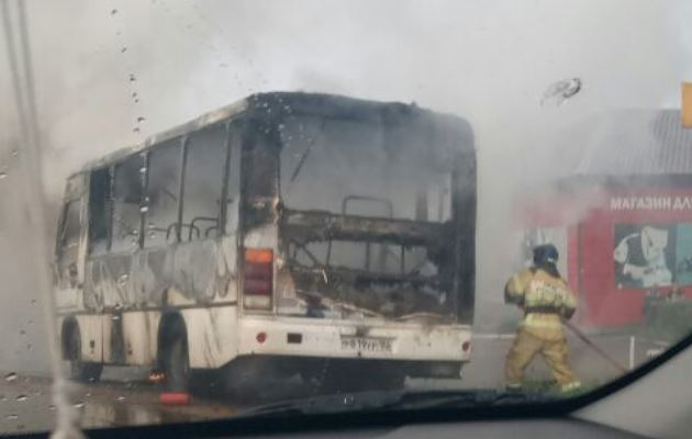 В Башкирии на ходу загорелся автобус: Видео