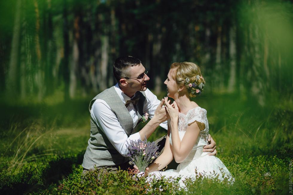 foto dabā pāris līgava un līgavainis mežā
