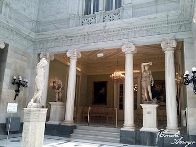 """Patio Pompeyano presidido por una escultura """"Venus"""" con bellas columnas blancas de estilo romano. Casino de Murcia"""