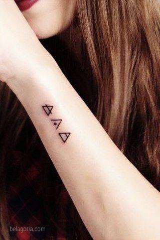 vemos tatuaajes de glifos en el antebrazo de una modelo