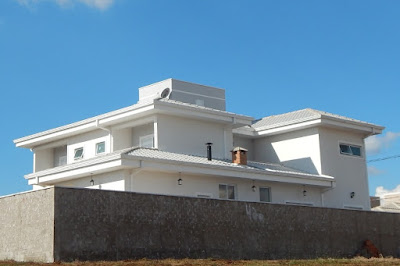 Vista dos fundos e da lateral esquerda do sobrado, ainda sem a presença de construções vizinhas. A torre da caixa de água fica no centro da casa, organizando o telhado.