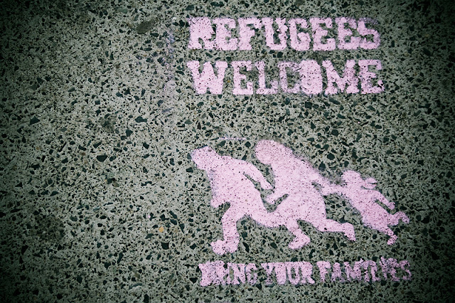 refugees welcome graffiti pink
