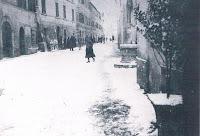 """Torrenieri, Via Romea. Sulla destra un vecchio pozzo, a sinistra è visibile il muro """"a scarpa"""" del palazzo che fu dei Ballati"""