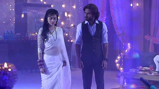 Aparna Dixit looks Spicy In saree
