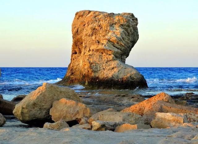 شواطئ مرسى مطروح .. صخرة شاطئ الغرام