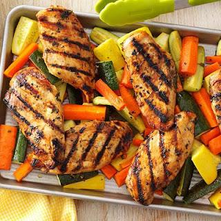"""<img src=""""pollo-con-ensalada.jpg"""" alt=""""una pechuga de pollo magra, más vegetales; aporta pocas calorías, proteínas y fibra"""">"""
