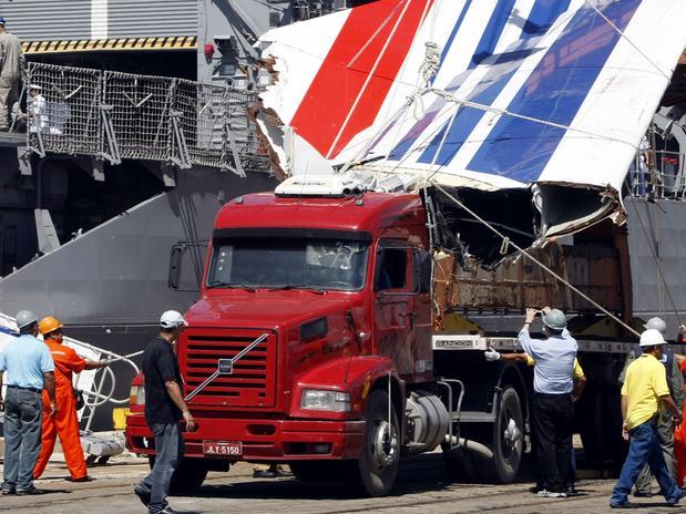 Airbus 330, voo 447 da Air France: peritos fazem a identificação dos cadáveres resgatados do oceano.