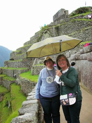 Bajo la lluvia en  Machu Picchu, Perú, La vuelta al mundo de Asun y Ricardo, round the world, mundoporlibre.com