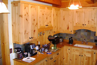 Tủ bếp bằng gỗ ghép Thông 1