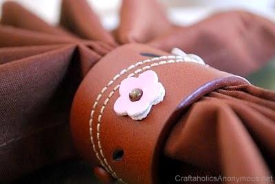 Cincin serbet (napkin ring) terbuat dari daur ulang kulit sabuk bekas