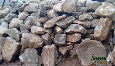 Pedra moledo, nesse tom marrom mesclado, para construção de castelo de pedra.