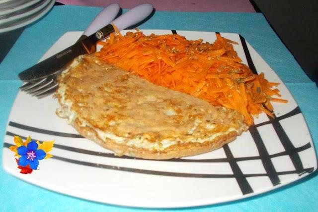 Ideia de café da manha proteico e saudável com omelete de ovos mussarela e farelo de aveia