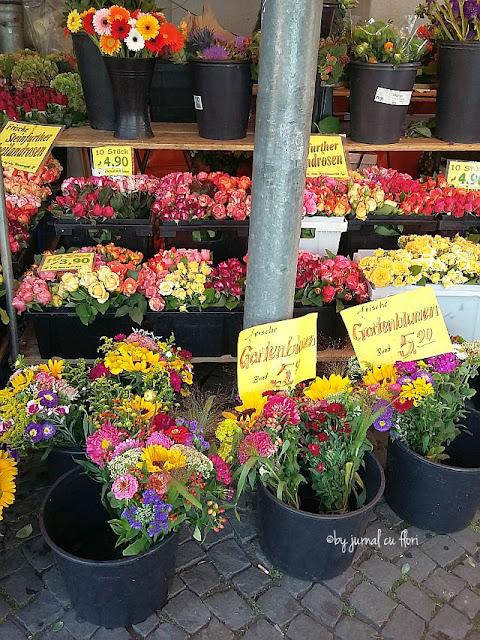 buchete cu flori de gradina  in piata taraneasca din luna august