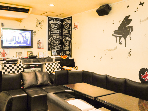 K's Hills is a gay bar in Osaka with a loungy vibe.- and no smoking.